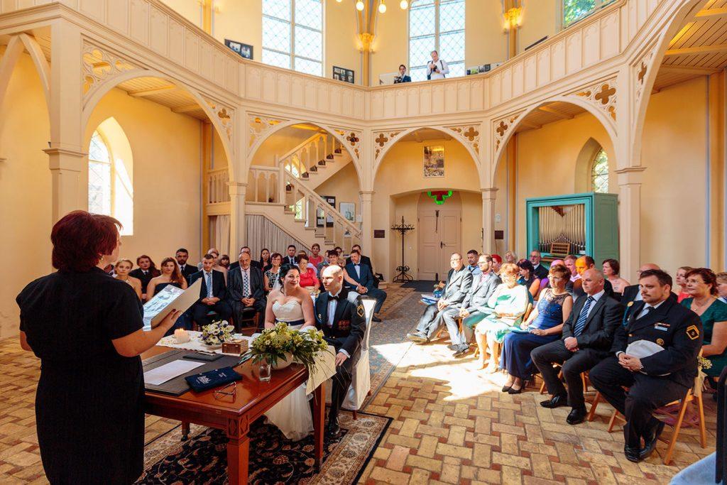 Momente der Trauung in der Kirche am Neuendorfer Anger
