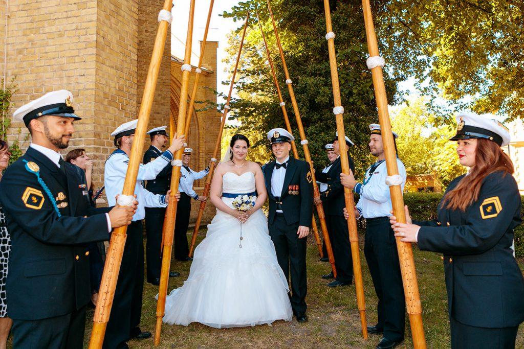 Auszug des Brautpaares unter Rudern