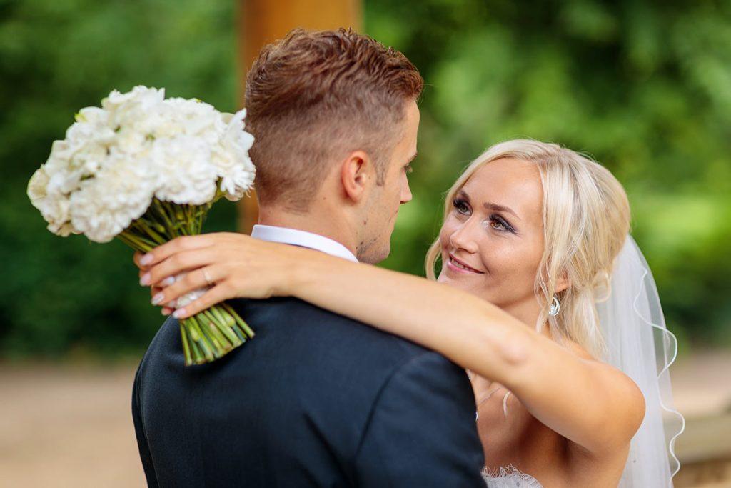 Innige Blicke des Brautpaares