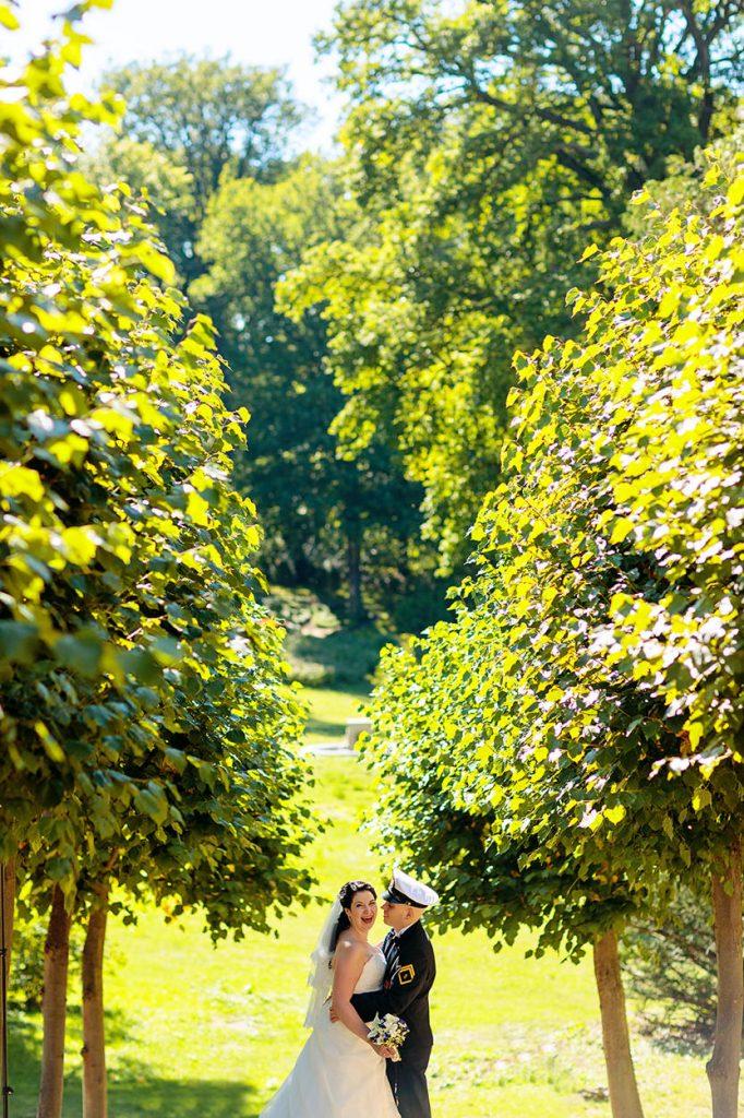 Schöne Momente zwischen dem Brautpaar am Schloss Babelsberg
