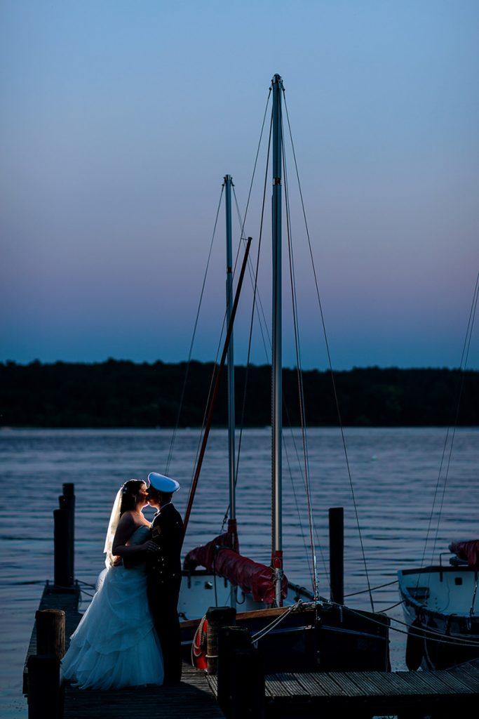 Hochzeitsfotos am Wasser beim Sonnenuntergang