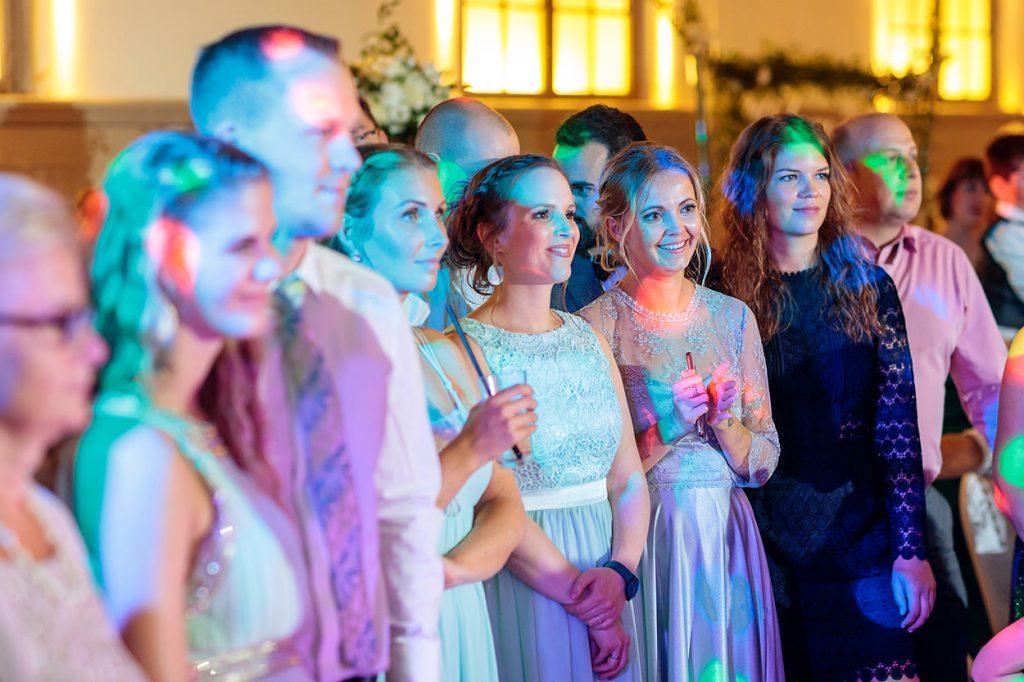 Gäste während des Hochzeitstanz des Brautpaares
