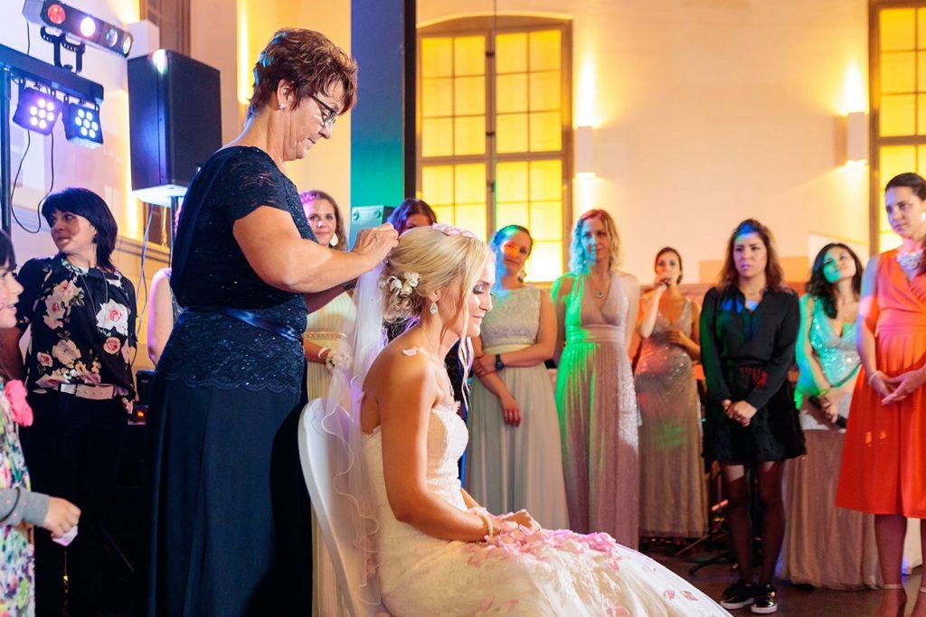 Abnahme des Brautschleiers mit vielen Tränen