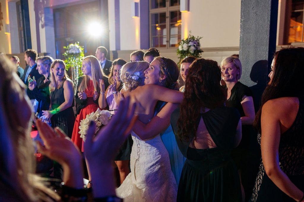 Brautstraußwurf am Abend bei der Hochzeitsfeier