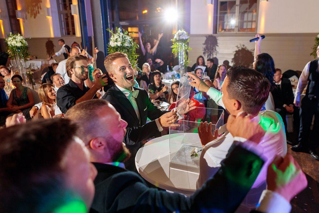 Eine ausgelassene Stimmung während der Hochzeitsfeier