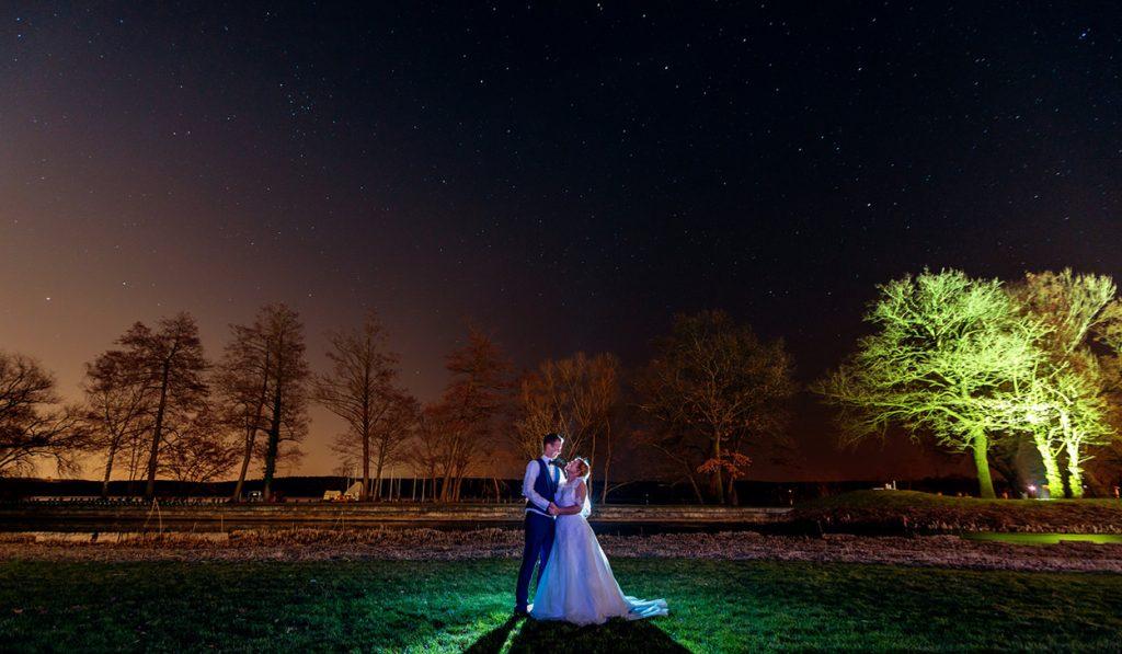 Ein traumhaftes Paarfoto unterm Sternenhimmel