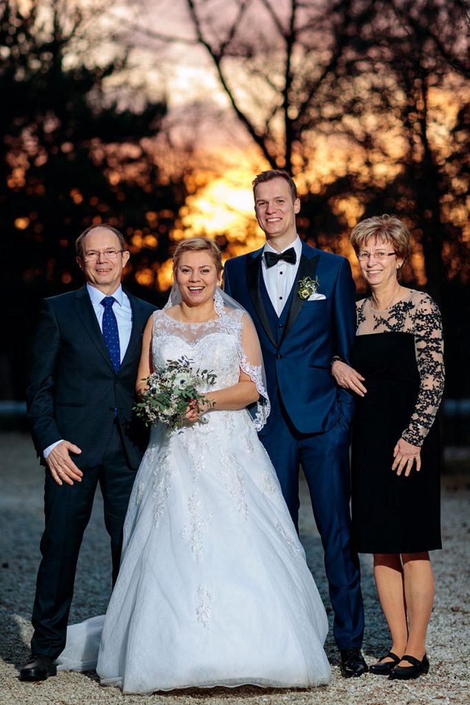 Das Brautpaar mit Familienmitgliedern bei einer Winterhochzeit in Potsdam