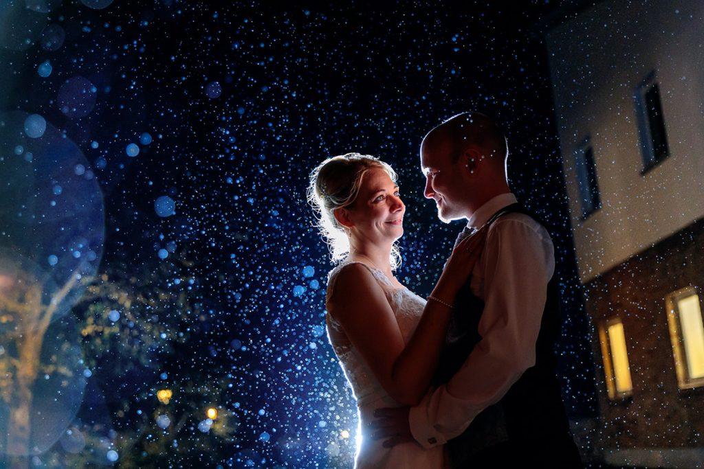Hochzeitsfotos im Regen im Herbst