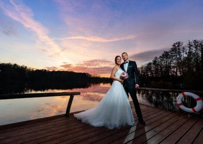 Hochzeitsfotos im Oktober im Sonnenuntergang