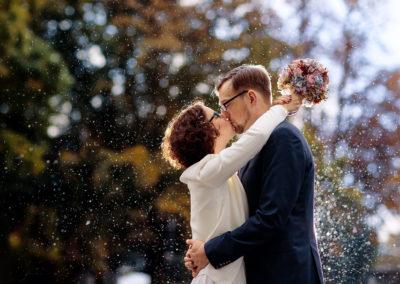 Hochzeitsfotos im Regen im Oktober