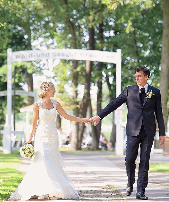 Brautpaar schlendert durch den Wald vor Kremmen