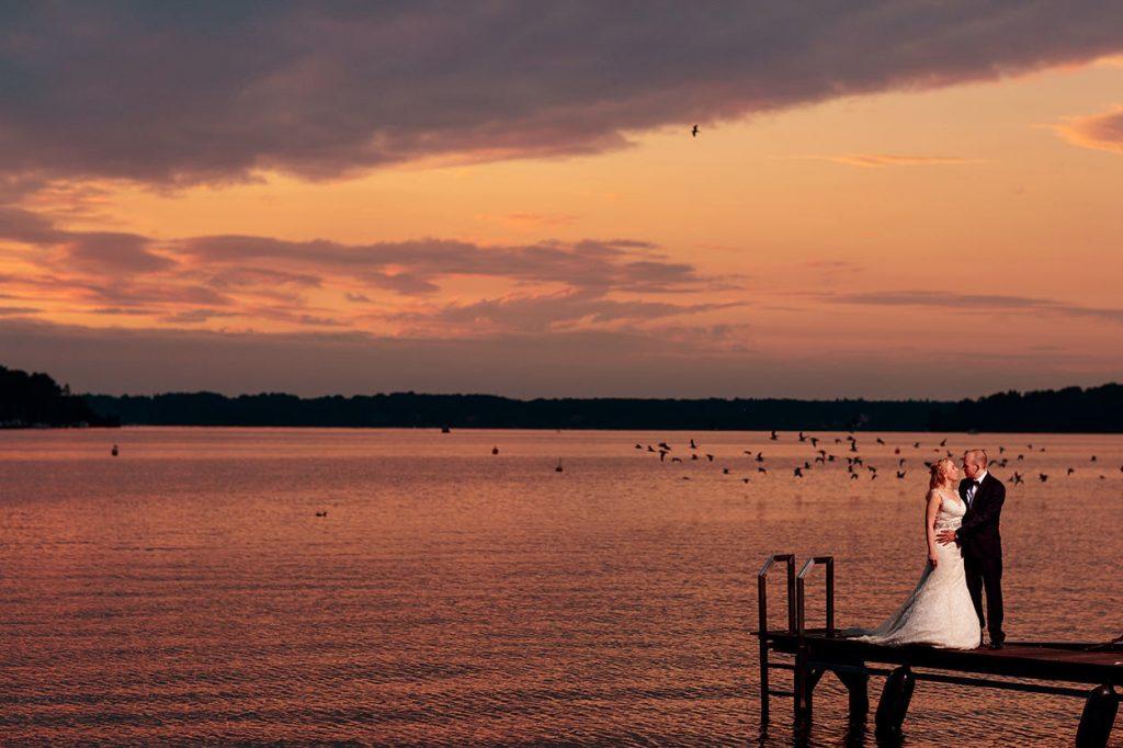 Brautpaar im Sonnenuntergang über Wannsee