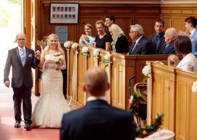 Zwei Hochzeitsfotografen bei der Trauung