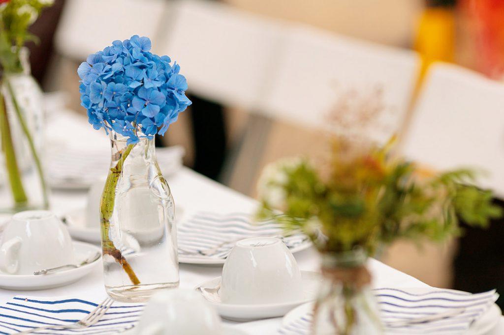 Gedeckter Tisch mit Blumendekoration in Berlin