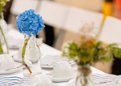 Zwei Hochzeitsfotografen fotografieren die Familie und die Dekoration zur gleichen Zeit