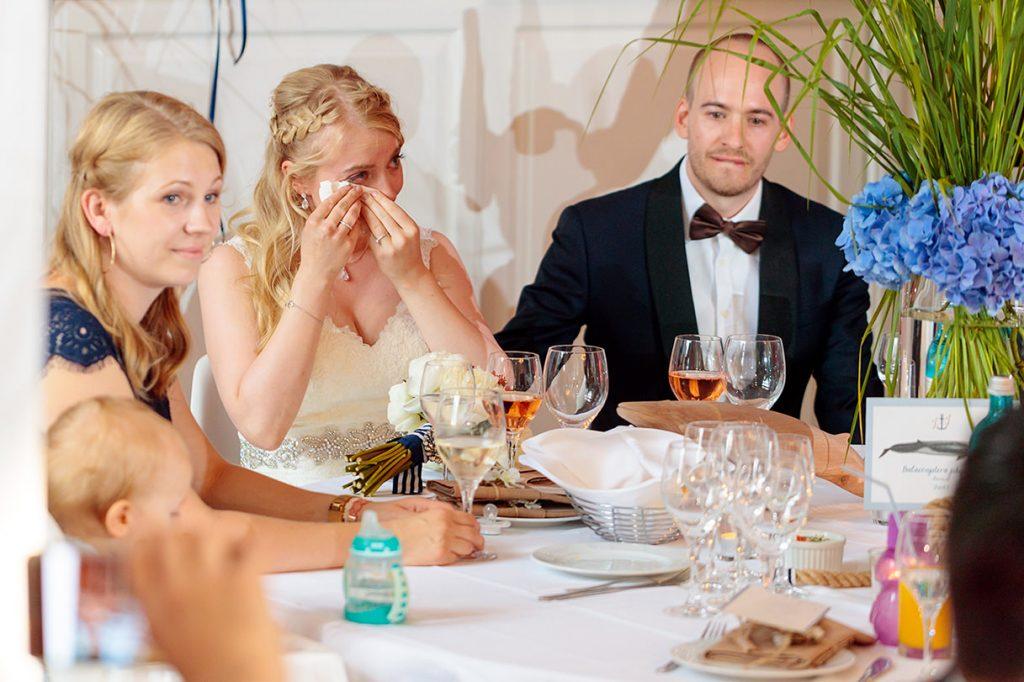 Tränen der Braut bei einer Hochzeitsfeier in der Villa Blumenfisch