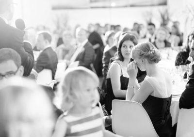 Zwei Hochzeitsfotografen fotografieren die Feier, die Reden, die Reaktionen, die Überraschungen und den Eröffnungstanz