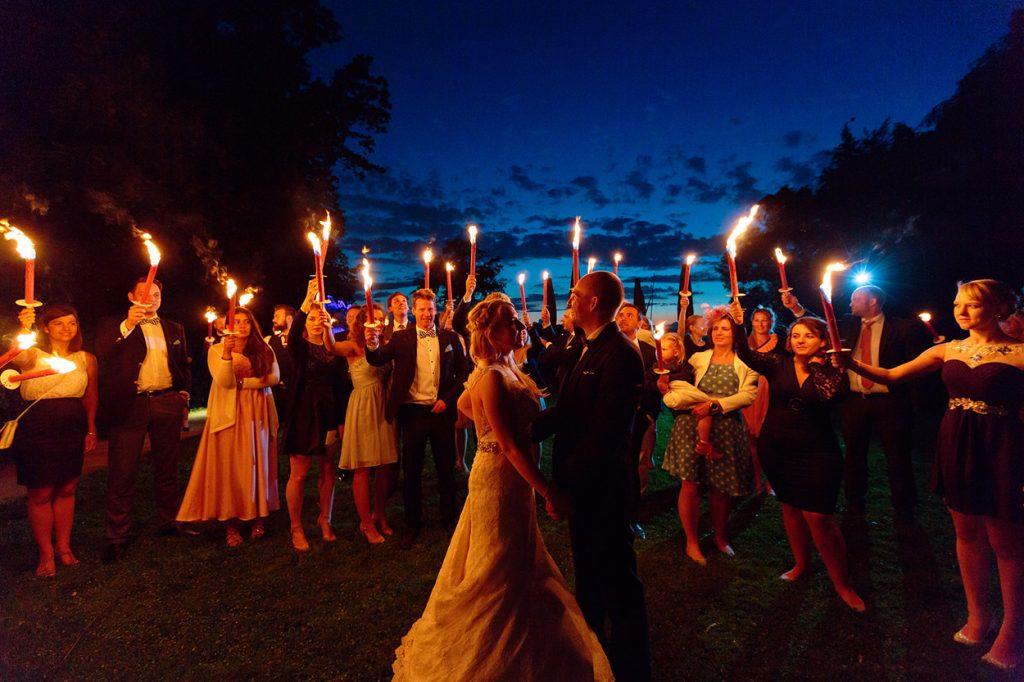 Brautpaar im Feuerschein an der Havel