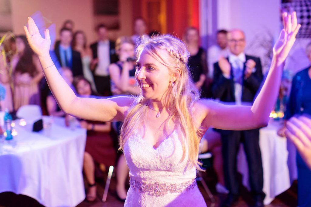 tanzende Braut in der Villa Blumenfisch