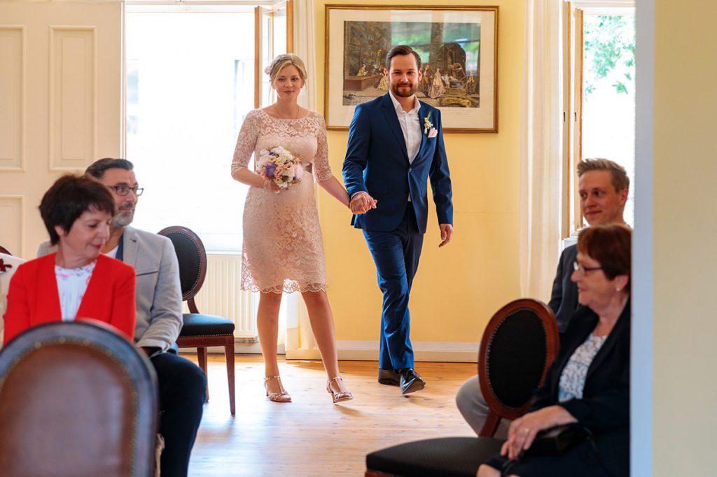 Das Brautpaar betritt den Trauungsraum im Krongut Bornstedt Potsdam