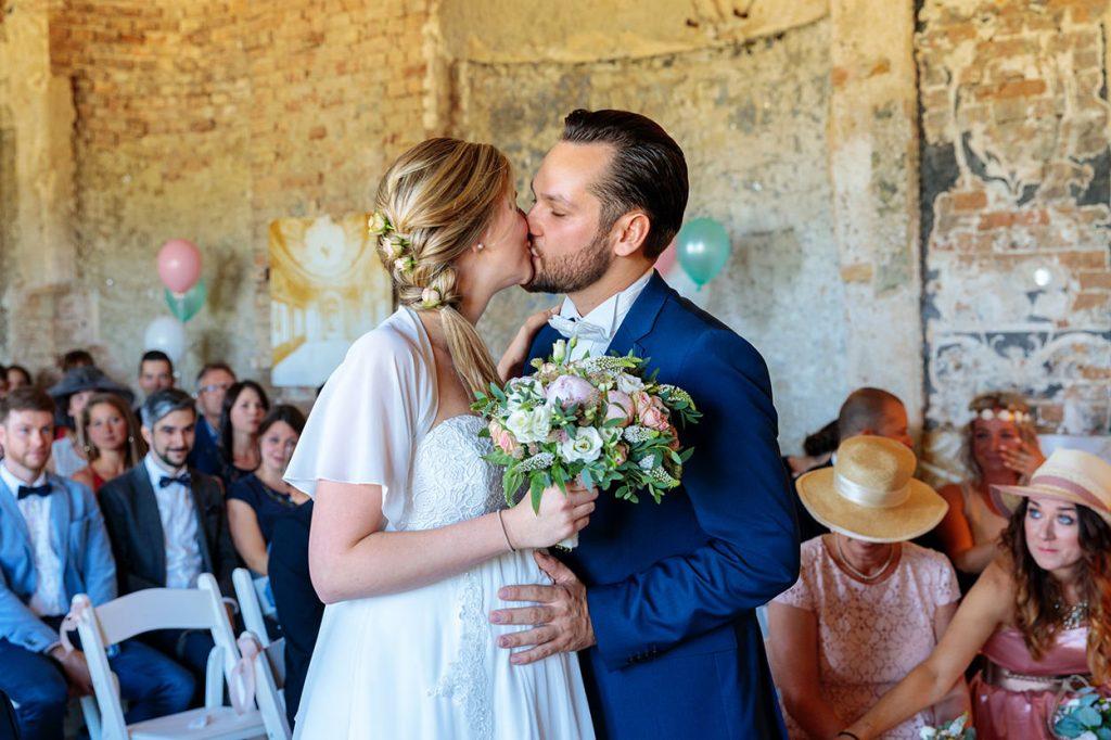 Das Brautpaar in der Muschelgrotte Potsdam