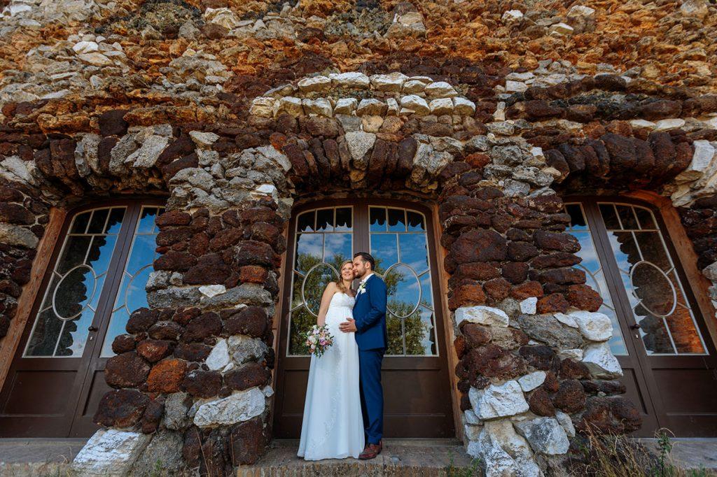 Das Brautpaar vor der Muschelgrotte im Neuen Garten Potsdam