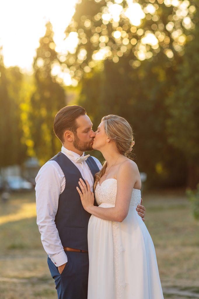 Küssendes Brautpaar zum Sonnenuntergang am Neuen Palais Potsdam