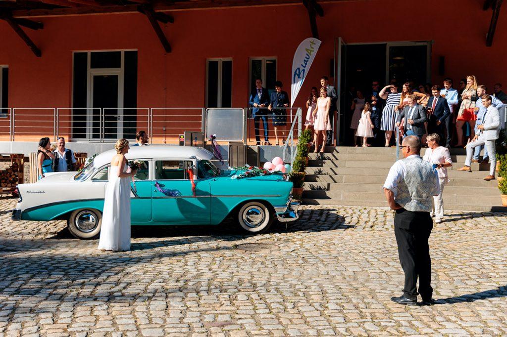 Ankunft des Brautpaares am BlauArt Tagungshaus in Potsdam