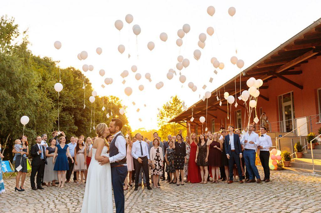 Luftballons steigen bei einer Hochzeitsfeier im BlauArt Tagungshaus