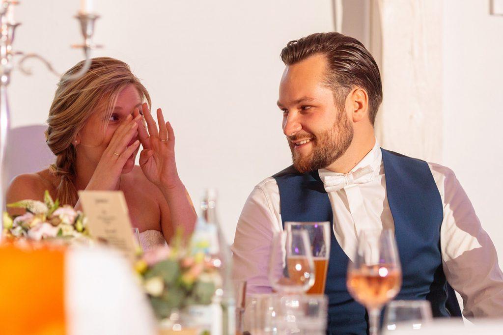 Eine emotionale Braut während der Hochzeitsfeier im BlauArt Tagungshaus