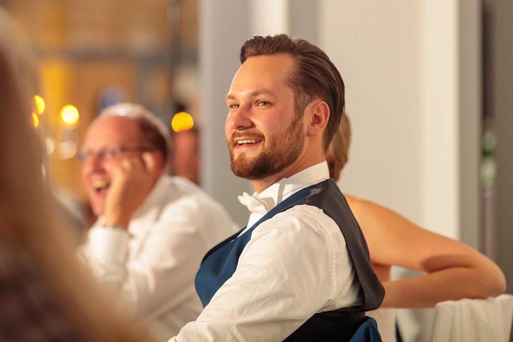 Der Bräutigam während der Hochzeitsfeier im BlauArt Tagungshaus
