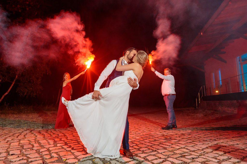 Braut und Bräutigam im Feuerwerk der Gefühle