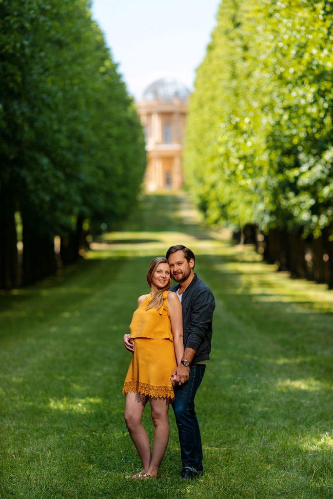 Verlobungsshooting im Sommer vor dem Belvedere auf dem Klausberg in Potsdam