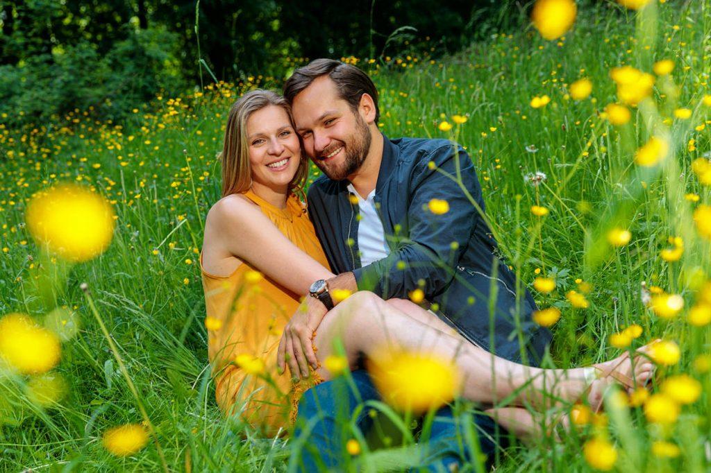 Pärchen sitzt auf Blumenwiese im Schlosspark Potsdam
