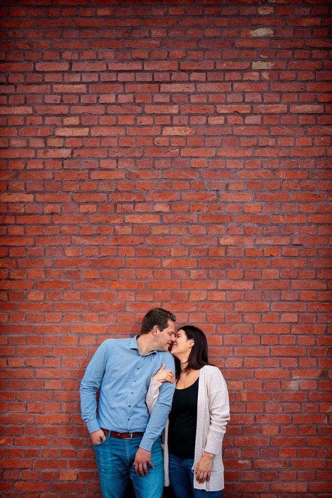 Ein frisch verlobtes Paar bei einer Engagement Session an der Schiffbauergasse
