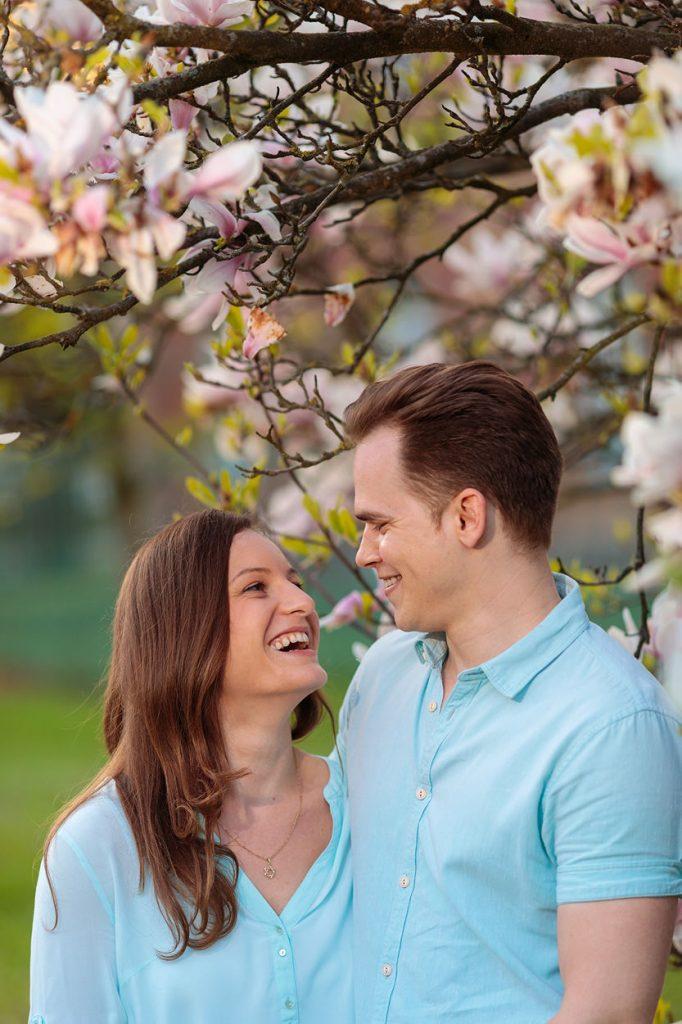 Ein fröhliches Paar beim Verlobungsshooting