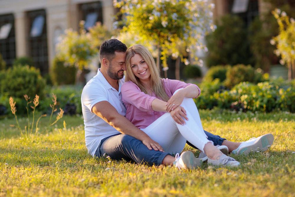 Paar sitzt auf der Wiese im Abendlicht in Potsdam
