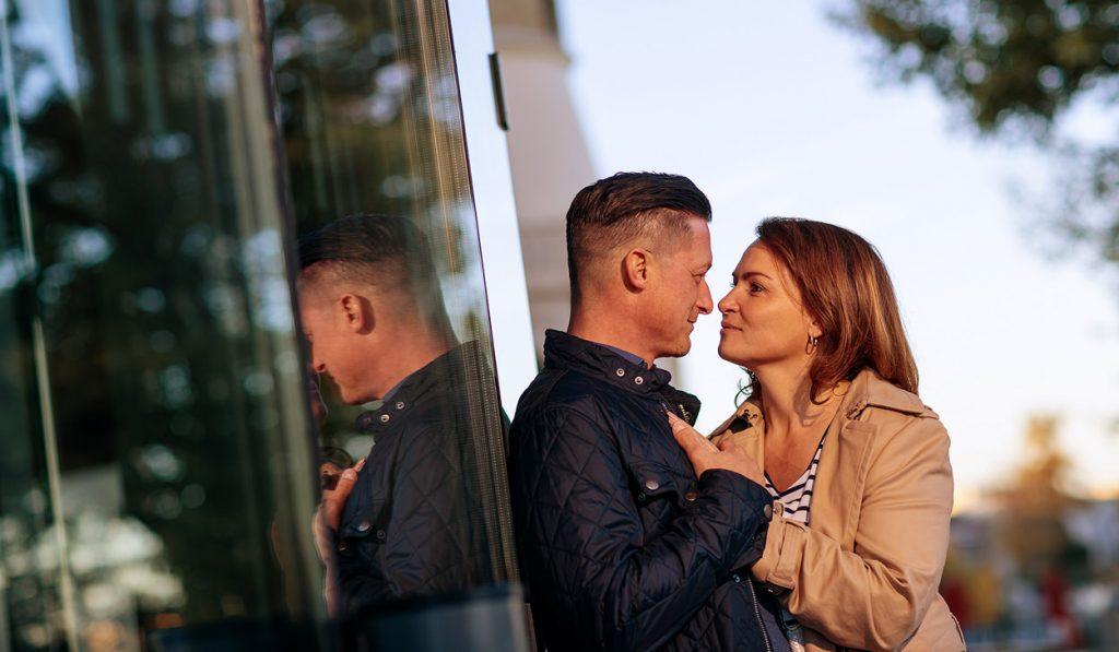 Verlobungsfotos am Hans Otto Theater Potsdam im Herbst