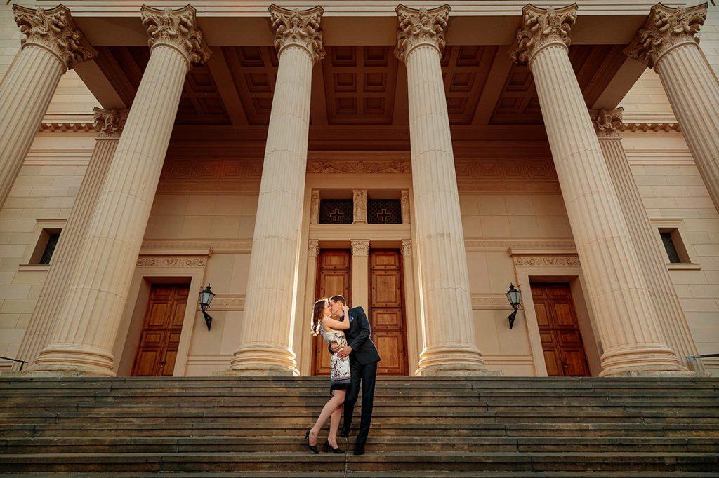 Verlobungsfotos in der Innenstadt Potsdam an der Nikolaikirche