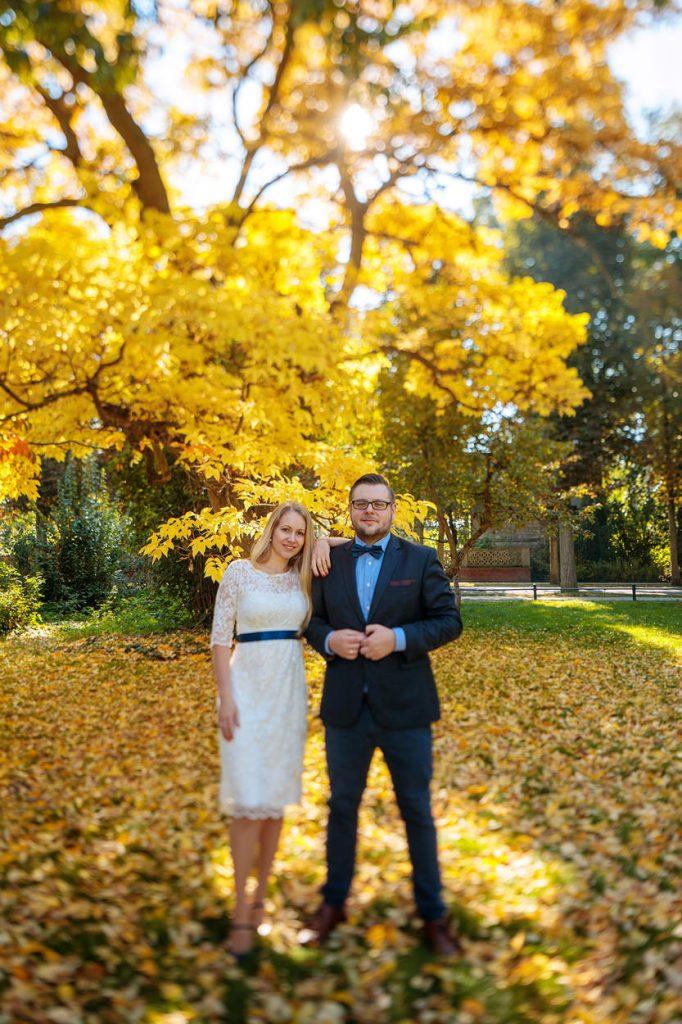 Braut und Bräutigam beim Verlobungsshooting im herbstlichen Potsdam