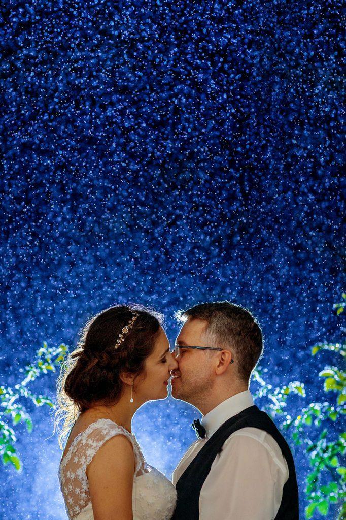 Hochzeitsfotos bei Regen zur Blauen Stunde auf Schloss Blankensee