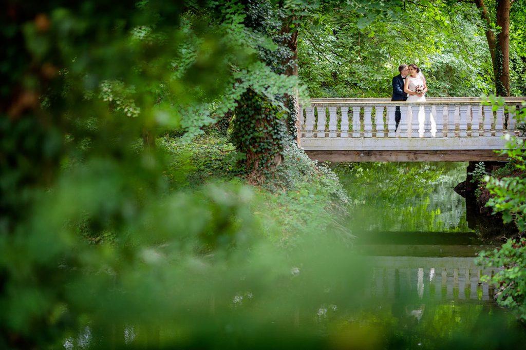 Brautpaar im Park vom Schloss Blankensee nach einem Regenschauer
