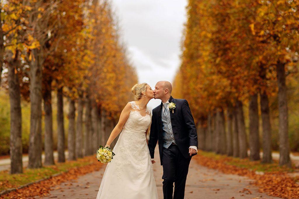 Brautpaar nach der Trauung im Standesamt Potsdam im Park Sanssouci