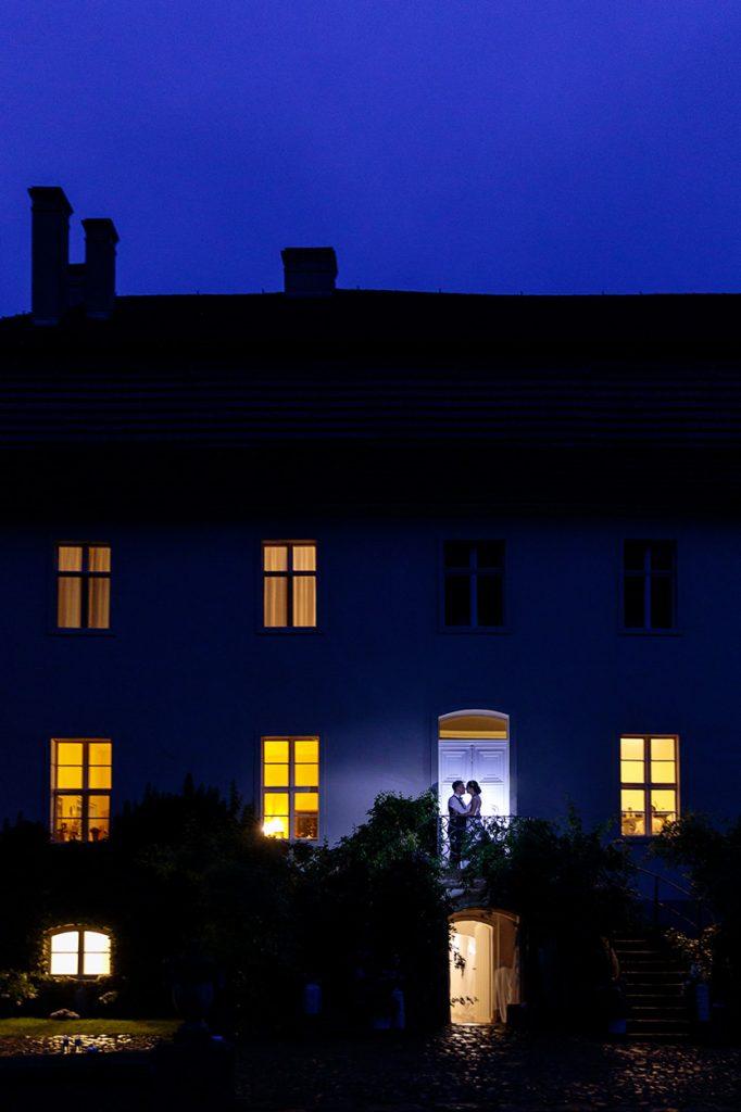 Auch bei Regen lassen sich traumhafte Hochzeitsfotos schießen. So wie hier auf Schloss Blankensee in Brandenburg