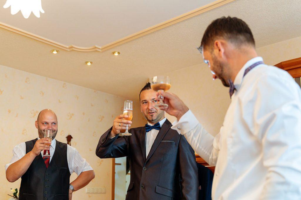 Auch beim Bräutigam werden die Gläser schon mal gehoben