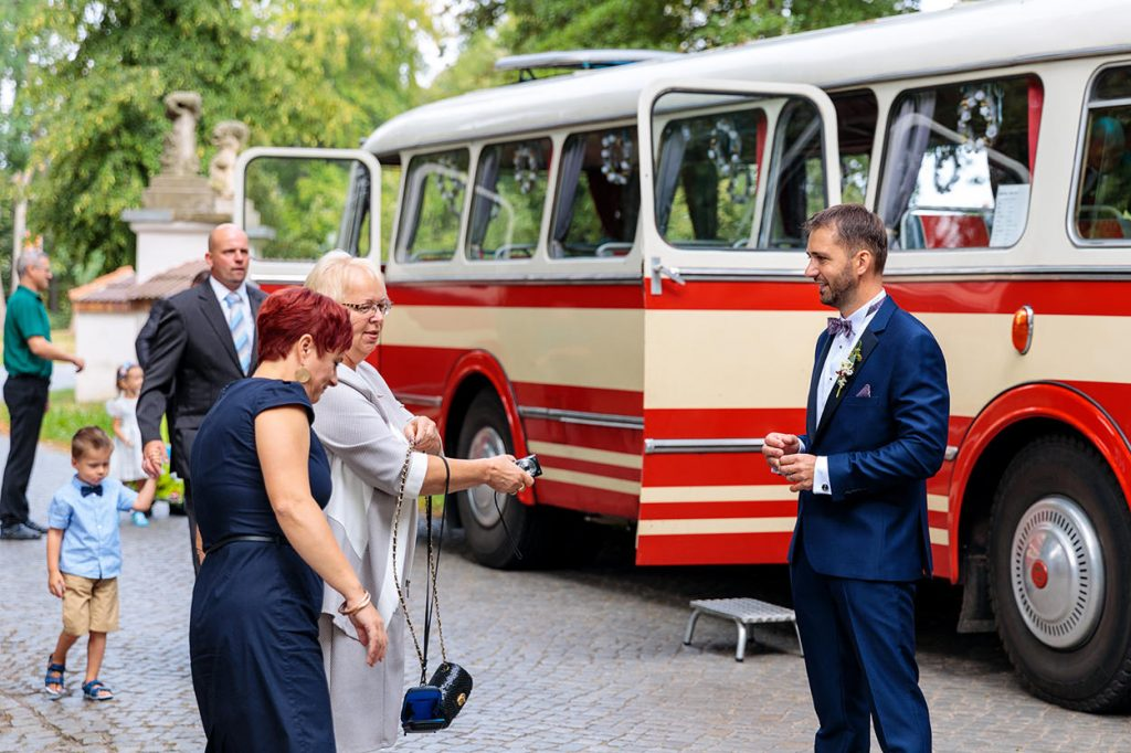 Der Bräutigam kommt am Ort der Trauung an