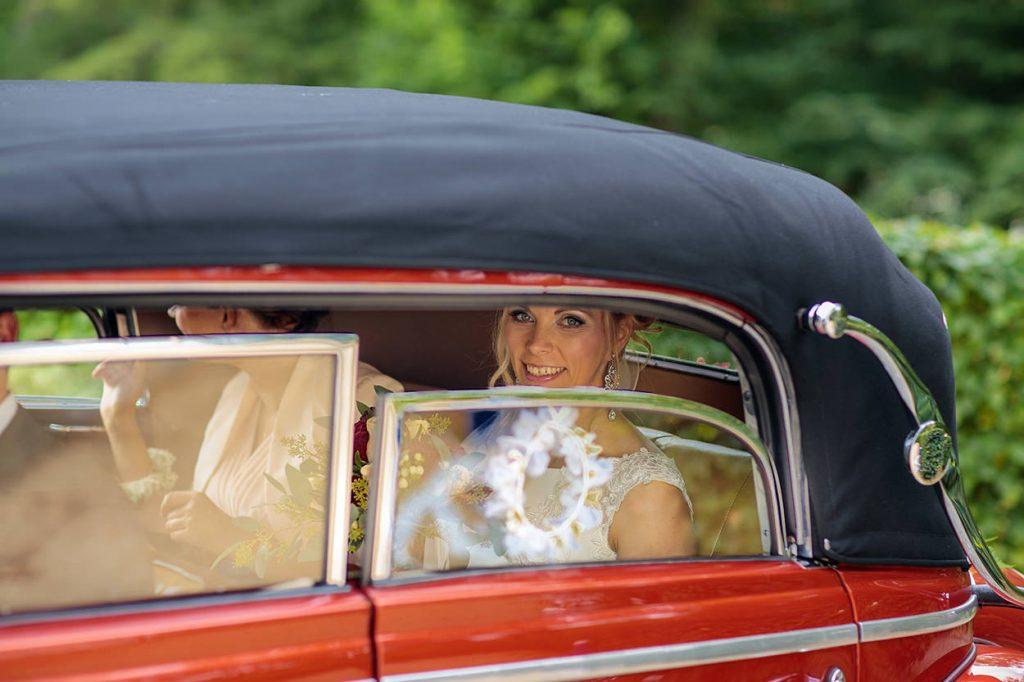 Die Braut kommt am Ort der Trauung an