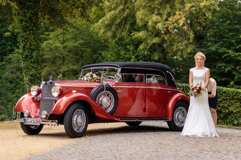 Die Braut wartet auf ihren Einzug in den Trausaal