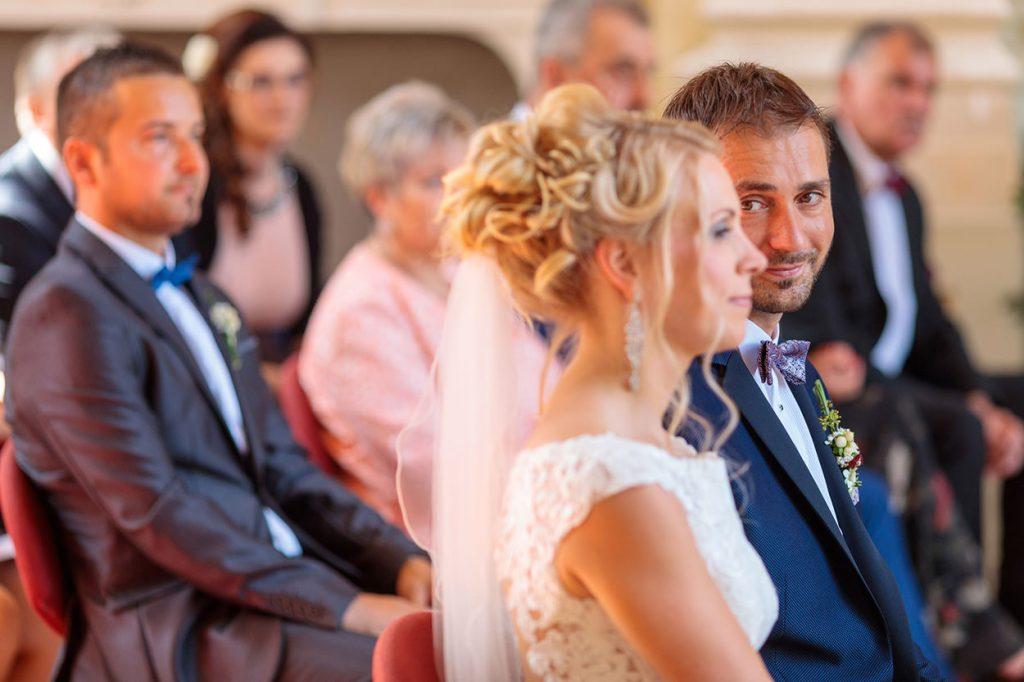 Emotionale Blicke des Bräutigams