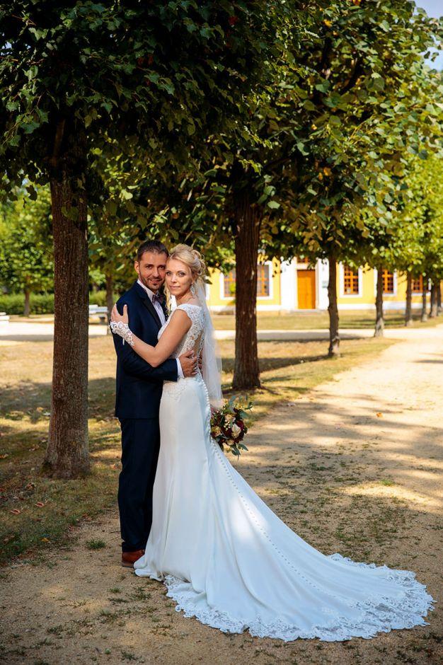 Ein Brautpaar nach der Trauung auf Schloss Neschwitz